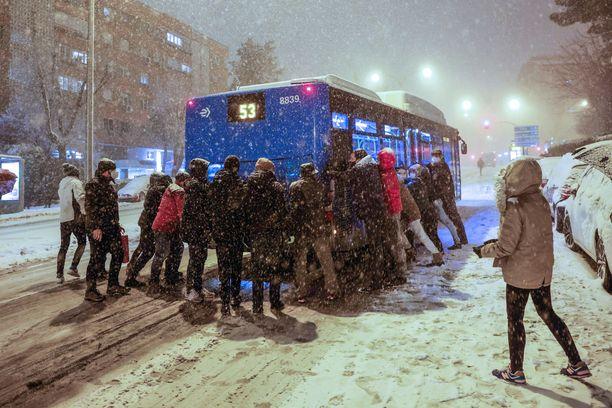Matkustajat ja ohikulkijat ovat joutuneet työntöpuuhiin, kun bussi jäi kiinni lumihankeen Madridissa.