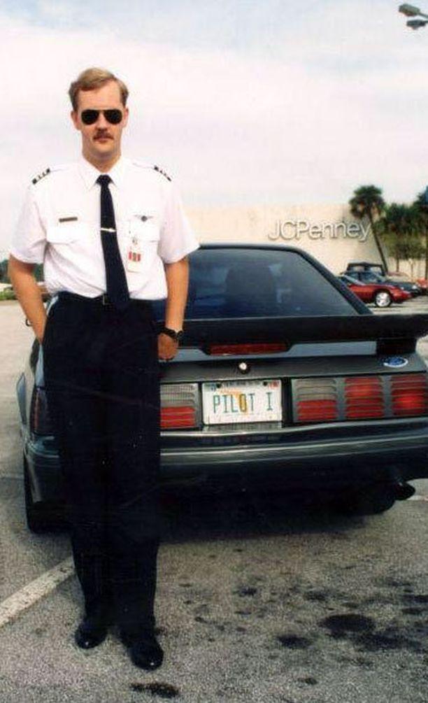 Lukija ja auton omistaja kaaransa kanssa. Kuva on Saleen Mustangista Floridasta 1993, kertoo Jake Hyytiä.