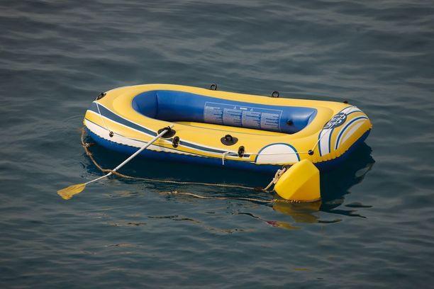 oikien hallitsemattomasti keikkunut, merikelvoton lautta oli ehtinyt ajautua navakassa tuulessa yli parinsadan metrin päähän uimarannasta.
