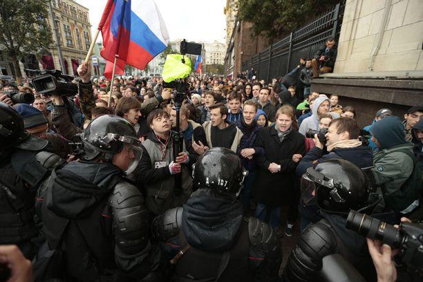 Mellakkapoliisi pyrki estämään mielenosoittajien kulkua Moskovassa.