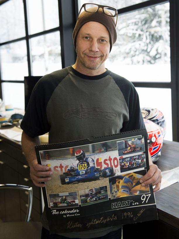 Maalarimestarin ja maailmanmestarin yhteistyö on jatkunut yli 20 vuoden ajan. Vuoden 1997 seinäkalenterin pääkuvassa Kimi Räikkösellä on päässään yksi ensimmäisistä Uffe Tägtströmin hänelle maalaamista kypäristä.