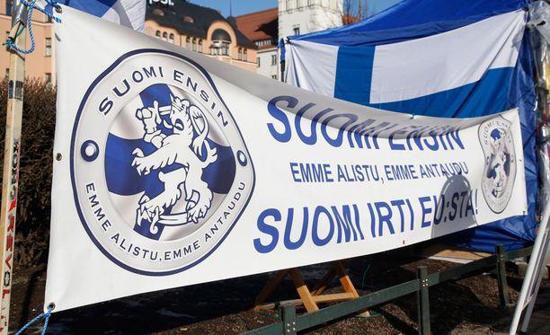 Helsingin poliisi vahvistaa, että Suomi ensin -ryhmän Marco de Wit joukkoineen järjesti islamin vastaisen mielenosoituksen Vesalan koulun luona keskiviikkona.