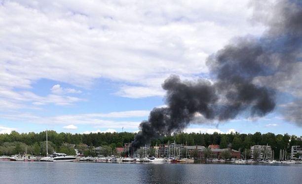 Sankka savu näkyi kauas lappeenrantalaisesta Halkosaaren satamasta.