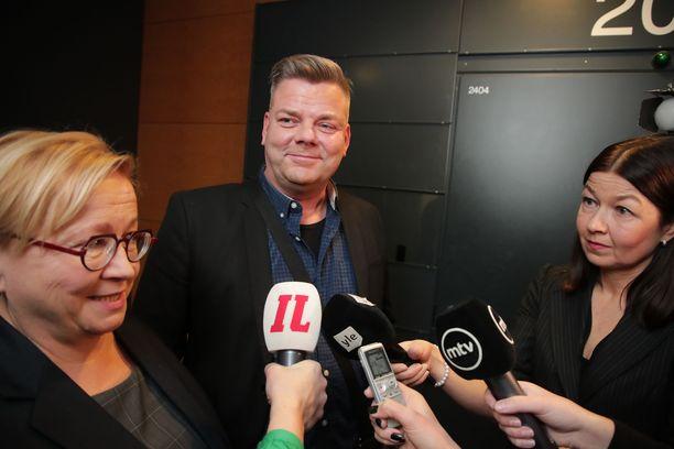 Jari Sillanpään asianajaja Riitta Leppiniemi (vas.) myönsi, että laulaja on hyvin helpottunut hyväksikäyttösyytteiden kaatumisesta.