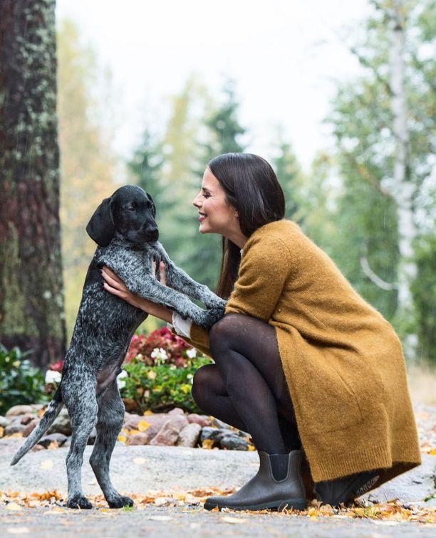 Sadun mukaan perheenlisäykseksi riittää ainakin toistaiseksi koiranpentu Winston. Satu aikoo kouluttaa siitä ensimmäisen oman metsästyskoiransa.