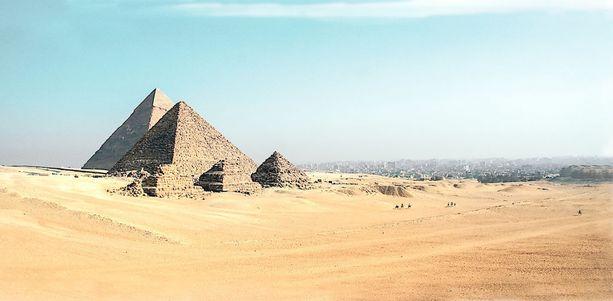 Moni haluaa tutustua Egyptissä historiallisiin nähtävyyksiin.