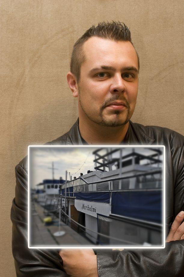 Janne Hurme, 45, vaihtoi laulajan työn baarinpitämiseen. Uusin bisnes on jokilaivan pyörittäminen Turun Aurajokirannassa.