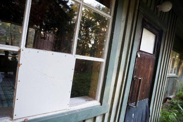 Naapurit ovat peittäneet Salosten mökin rikotut ikkunat pahvilla. Mökkiin on murtauduttu jo neljä kertaa.