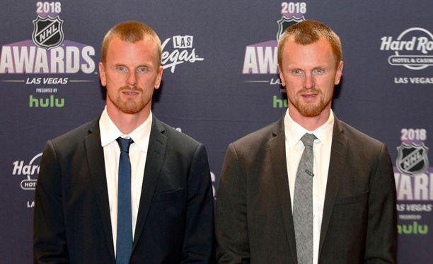 Henrik (oik.) ja Daniel Sedin jakoivat King Clancy Trophy'n.