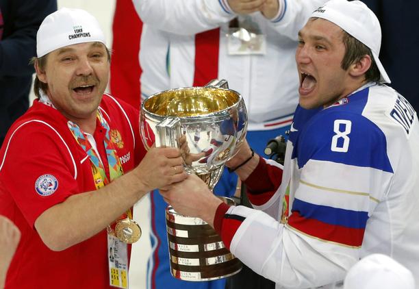 Päävalmentaja Oleg Znarok ja hyökkääjä Alex Ovetshkin juhlivat 2014 maailmanmestaruutta Valko-Venäjän Minskissä. MM-finaali muistetaan kaikkien aikojen erotuomarifarssina.