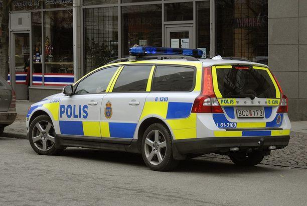 Vastaavanlainen poliisi-Volvo joutui kohtalokkaaseen onnettomuuteen Tukholman metropolialueella. Kuvituskuva.