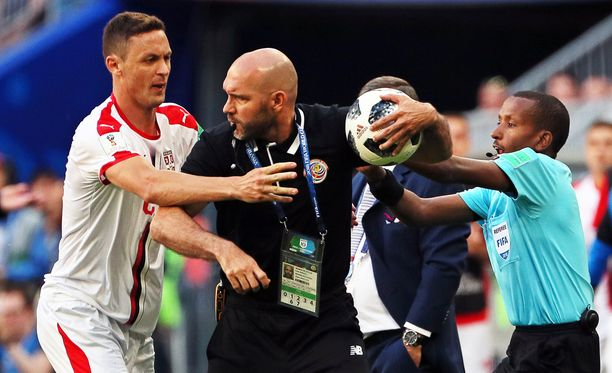 Nemanja Matic yritti repiä palloa Costa Rican apuvalmentajalta Luis Marinilta.