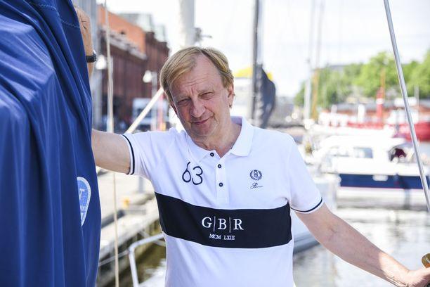 Hjallis Harkimo on perhekeskeinen mies, joka ikävöi yhä vuonna 2007 edesmennyttä isäänsä, ohjaaja-elokuvaaja Osmo Harkimoa.