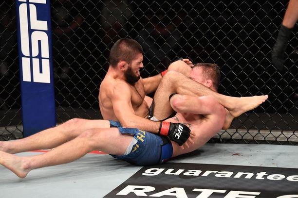 UFC:n kevytsarjan mestarille Habib Nurmagomedoville ei löytynyt vieläkään pysäyttäjää. Ottelu päättyi tähän triangelikuristukseen.