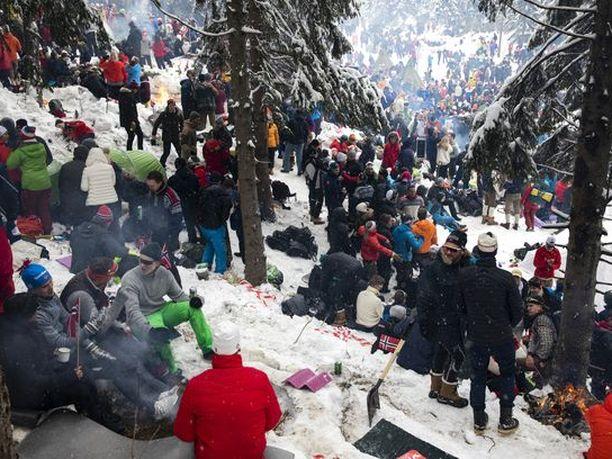 Holmenkollenin metsissä on jälleen tuhansia hiihtofaneja, vaikka viranomaiset ohjeistivat ihmisiä pysymään poissa koronaviruksen vuoksi. Arkistokuva.