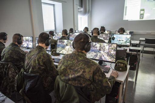 Puolustusvoimien verkot ovat suojattuja, mutta muualta löytyy luultavasti aukkoja. Kuvassa varusmiehet harjoittelevat sodankäyntiä virtuaaliympäristössä.