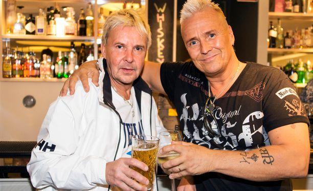 Kai Merilä on musisoinut jo yli 35 vuotta. Myös ystävä Matti Nykänen on musiikkimiehiä.