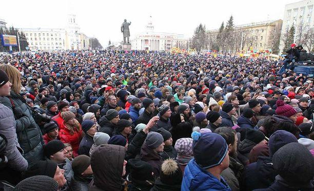 Kemerovon hallintorakennusten eteen kerääntyi tiistaina tuhansia ihmisiä vaatimaan viranomaisten eroa.