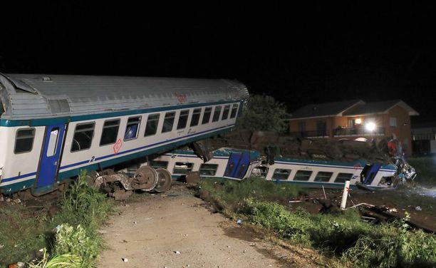 Junan veturi, moottori ja kaksi matkustajavaunua kolmesta suistuivat kiskoilta.