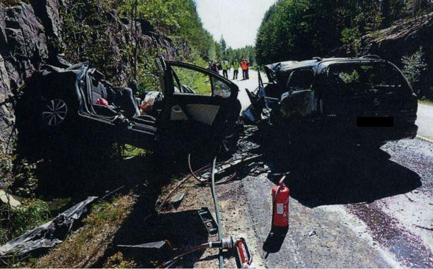 Epäillyn ajama Opel (oikealla) syttyi tuleen kolarin jälkeen. Vasemmalla olleessa autossa ollut pariskunta kuoli törmäyksessä.