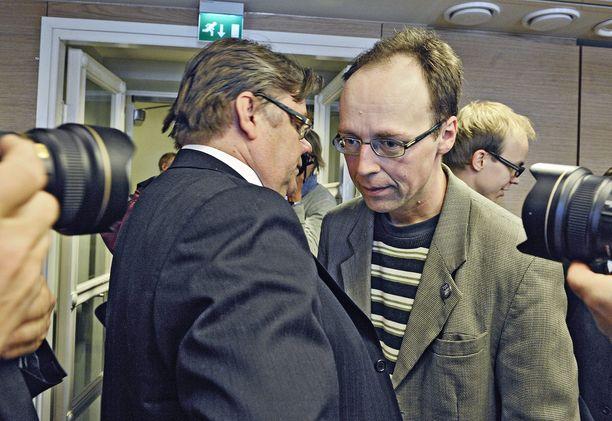Perussuomalaisten voittojen tekijät Timo Soini ja Jussi Halla-aho juttelevat vuoden 2011 eduskuntavaalien, ensimmäisen jytkyn jälkeen.