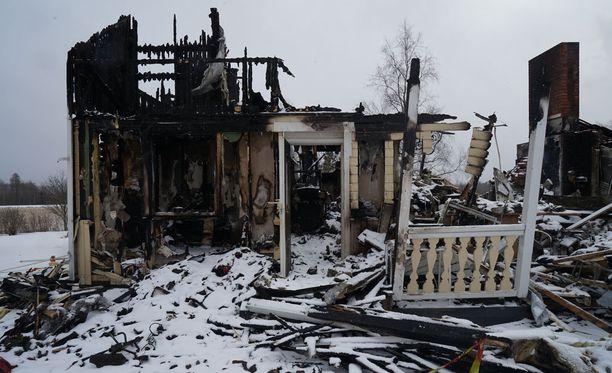 Kaksikerroksinen omakotitalo tuhoutui palossa täysin.