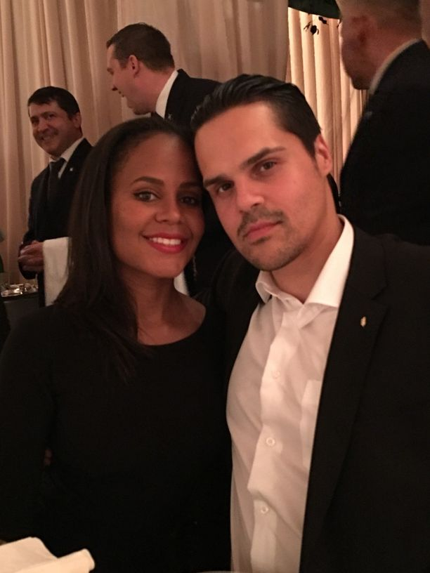 Suomalais-intialainen Narinder Singh ja amerikkalainen Autumn Jackson tapasivat Los Angelesissa musiikkiprojektien kautta ja rakastuivat. Nyt pari asuu osan vuodesta Suomessa, Vantaan Korsossa.