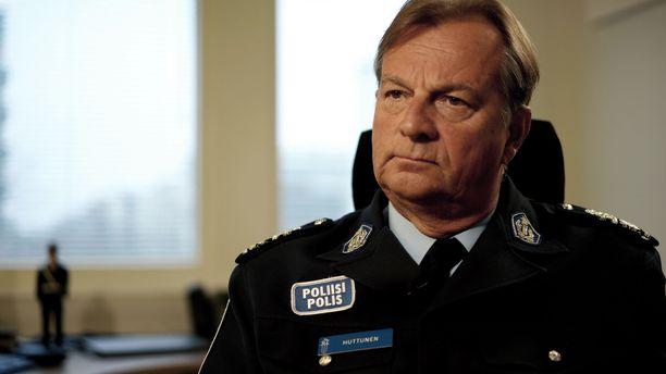 Poliisipäällikkö Tapio Huttusen mukaan Lounais-Suomen poliisilaitoksen henki on erinomainen, vaikka alaiset syyttävät yhtä esimiestä kiusaamisesta.