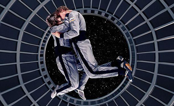 Painovoiman puute on suurin hankaluus avaruusseksissä. Pariskunta leijailee helposti eroon toisistaan.