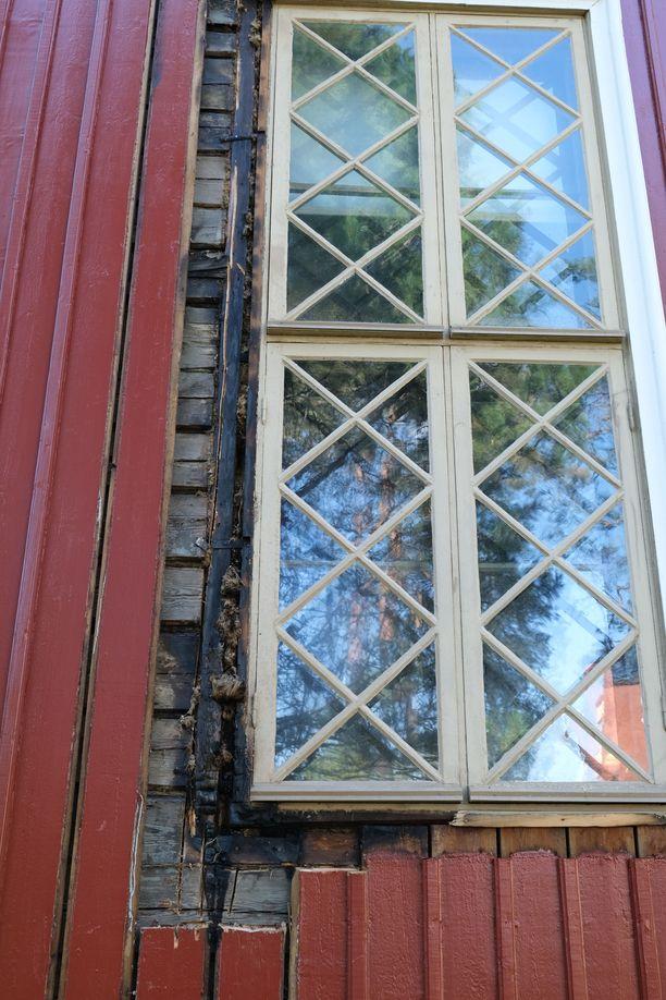 Kirkon seinän ikkunan pielessä oli pieni palon alku. Kirkon vieressä oleva varastorakennus kärsi palossa pahemmin.