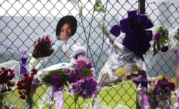 Princen kodin edusta on täyttynyt fanien jättämistä surunvalitteluista.