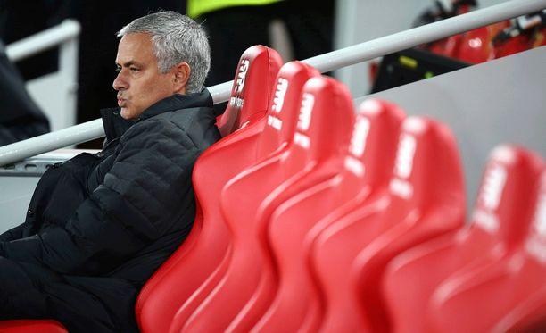 José Mourinho tuli meditoimaan vaihtopenkille ennen ottelun alkua.