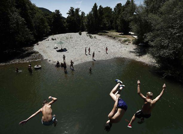 Ihmisten viilentävät itseään hyppimällä jokeen Pohjois-Espanjassa.