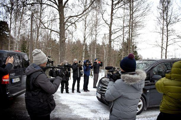 Suomalainen ja kansainvälinen media seurasi kun Etelä- ja Pohjois-Korean sekä Yhdysvaltain delegaatiot poistuivat Königstedtin kartanosta tiistaina kello 17.10.