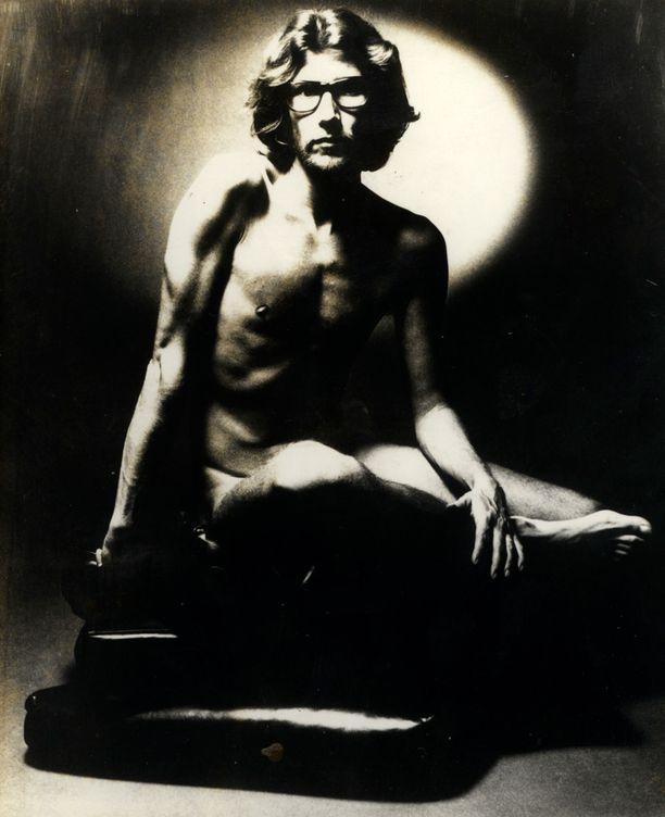 Jeanloup Sieff otti Saint Laurentista kuuluisan alastonkuvan vuonna 1971.