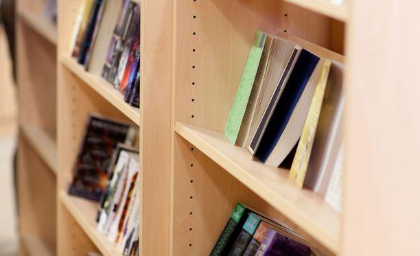 Mies vaati myyjiä antamaan kirjoista rahaa ja uhkasi, että käy huonosti, mikäli näin ei tapahdu.