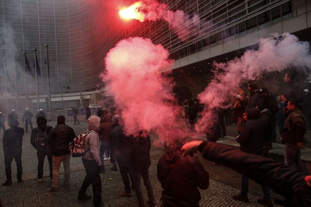 Mielenosoitus järjestettiin EU-rakennusten tuntumassa.