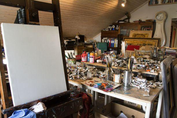 Taiteilija Palmu odottaa jo pääsevänsä pian taas maalaamaan.