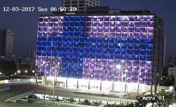 Israelissa valot muodostavat Suomen lipun Tel Avivin kaupungintalon seinään.