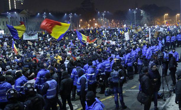 Jopa 150 000 mielenosoittajaa kokoontui hallitusrakennuksen eteen Bukarestissa Romaniassa.