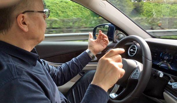Vilkku päälle mutta kädet irti ratista. Auto vaihtaa tässä kaistaa vasemmalle.
