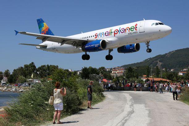 Skiáthoksen lentokenttä on konebongarien suosiossa. Lentokoneita kun pääsee kuvaamaan hyvin läheltä.
