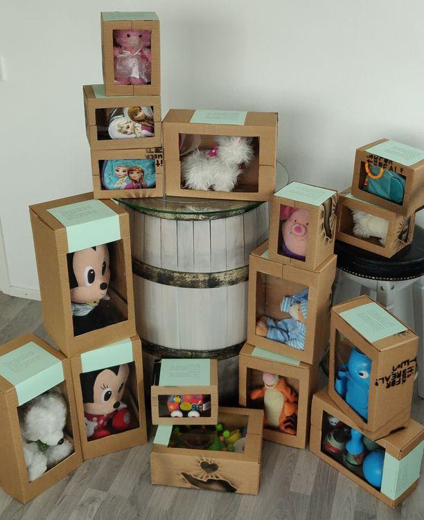 Niklas askarteli käytetyille leluille paketit, jotka muistuttavat kauppojen hyllyillä notkuvia lelupaketteja.