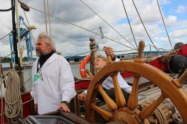 Kapteeni Vladimir ja hyvin nuori purjehdusoppilas.
