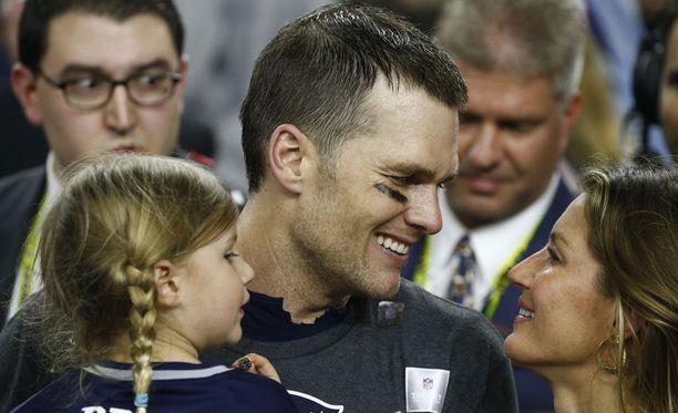 Tom Brady on paitsi menestyvä jalkapalloilija myös rakastava isä. Hänellä on yhteensä kolme lasta, joista kaksi nykyisen vaimonsa, supermalli Gisele Bündchenin (oikealla) kanssa.