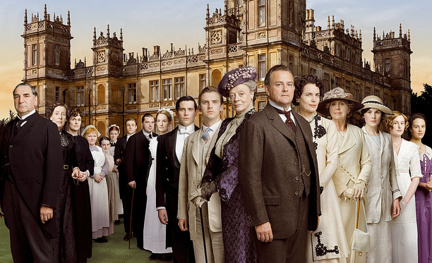 Downton Abbey alkaa hankalasta tilanteesta. Titanic vie mennessään meren pohjaan Crawleyn suvun miespuolisen perillisen. Kenelle aatelisarvo nyt siirtyy, kun Granthamin jaarlilla on vain tyttäriä, jotka eivät ole oikeutettuja arvonimeen?