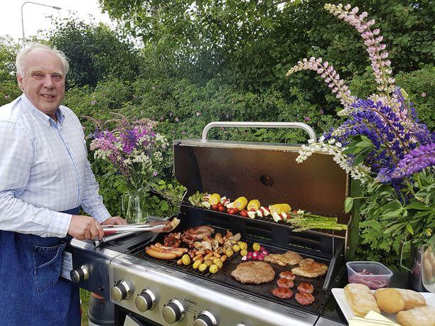 Lihamestari, toimitusjohtaja Keijo Vataja grillaa juhannusruokaa Suomen vanhimman yhä toiminnassa olevan lihajalostustehtaan Wigrenin pihanurmella.