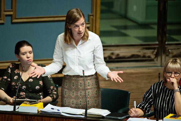 Vasemmistoliiton puheenjohtaja Li Andersson eduskunnan täysistunnossa viime lokakuussa, kun eduskunta keskusteli hallituksen tiedonannosta pienten yritysten työntekijöiden irtisanomissuojan heikentämiseksi.
