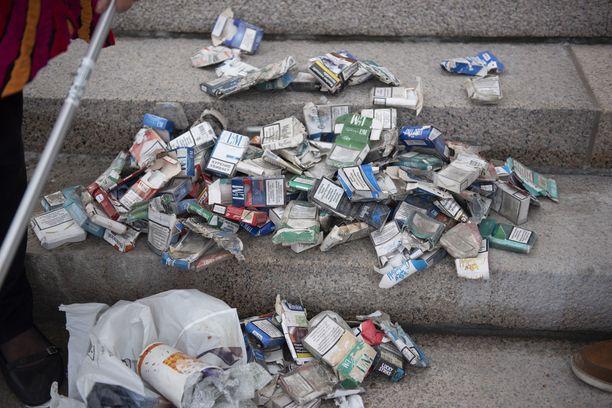 Eläkeläispariskunta Ilkka ja Kaija Erkkilä harrastavat roskien keräämistä. Kuvassa pariskunnan keräämiä tupakka-askeja.