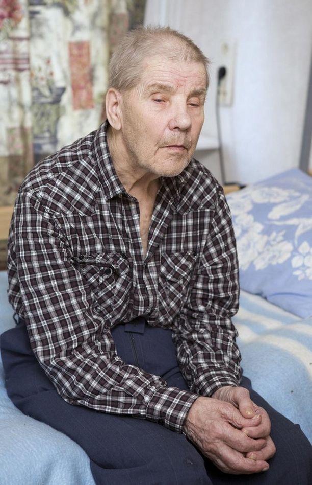 Kielitaidottomana ruotsalaisessa vanhainkodissa riutuvan, sokean sotaveteraanin Veikko Virtasen kohtalo on saanut laajalti huomiota sekä Ruotsissa että Suomessa.